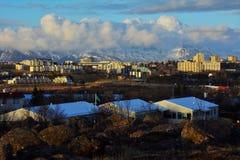 Ansicht der Stadt und der Berge in Island Stockfotos