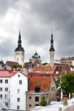 Ansicht der Stadt und der Spitzen katholisch und der orthodoxen Kathedralen Tallinn, Estland Lizenzfreie Stockfotos