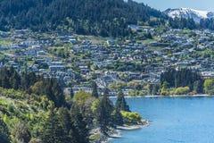 Ansicht der Stadt und des Sees Wakatipu, Queenstown, Neuseeland Kopieren Sie Raum f?r Text Beschneidungspfad eingeschlossen lizenzfreie stockfotos