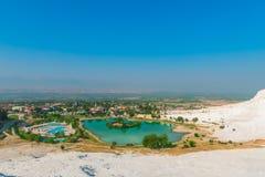 Ansicht der Stadt vom Berg in Pamukkale Lizenzfreie Stockbilder