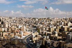 Ansicht der Stadt von Amman mit jordanischen Markierungsfahnen Stockfotos