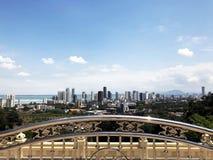 Ansicht der Stadt von der Aussichtsplattform der Wolkenkratzer von George Town lizenzfreie stockbilder