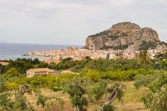 Ansicht der Stadt von Cefalu, von seiner Basilika und von seinem Felsen Lizenzfreies Stockfoto
