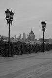 Ansicht der Stadt von der Brücke Schwarzweiss Stockfotos
