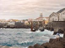Ansicht der Stadt von Garachico auf Teneriffa im grauen Himmel stockfotos