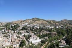 Ansicht der Stadt von Granada und von Alhambra Palace - das mittelalterliche maurische Schloss in Granada, Andalusien, Spanien Lizenzfreie Stockfotos
