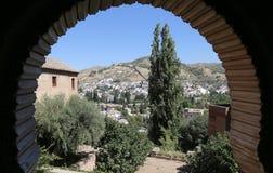 Ansicht der Stadt von Granada und von Alhambra Palace - das mittelalterliche maurische Schloss in Granada, Andalusien, Spanien Lizenzfreie Stockfotografie