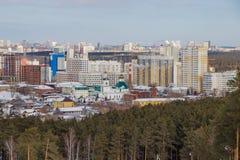 Ansicht der Stadt von Jekaterinburg von der Skisteigung von Uktus-Berg stockbild