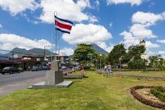 Ansicht der Stadt von La Fortuna in Costa Rica mit dem Arenal-Vulkan auf der Rückseite Stockbilder