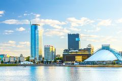 Ansicht der Stadt von Minsk bei Sonnenuntergang Nemiga-Bezirk lizenzfreie stockbilder