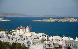 Ansicht der Stadt von Mykonos und von Windmühlen Stockfotos
