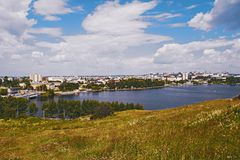 Ansicht der Stadt von Nizhny Tagil von der Spitze des Berges lizenzfreies stockfoto