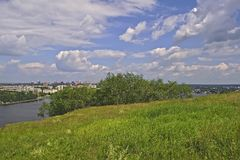 Ansicht der Stadt von Nizhny Tagil von der Spitze des Berges Stockfotos