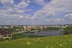 Ansicht der Stadt von Nizhny Tagil von der Spitze des Berges stockbild