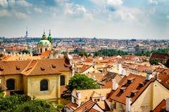 Ansicht der Stadt von Prag mit einem bew?lkten Himmel lizenzfreie stockbilder