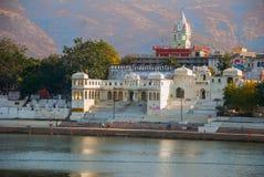 Ansicht der Stadt von Pushkar, Rajasthan, Indien Häuser reflektiert im Wasser Ein schöner See stockfotografie
