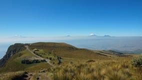 Ansicht der Stadt von Quito mit dem Cotopaxi- und Antisana-Vulkan im Hintergrund gesehen vom Rucu Pichincha Stockfoto