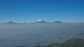 Ansicht der Stadt von Quito mit dem Cotopaxi-Vulkan im Hintergrund Lizenzfreie Stockfotos