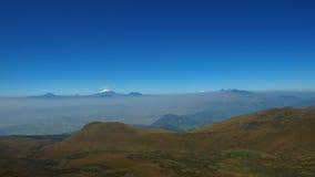 Ansicht der Stadt von Quito mit dem Cotopaxi-Vulkan im Hintergrund gesehen vom Rucu Pichincha Lizenzfreies Stockfoto