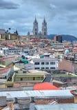 Ansicht der Stadt von Quito mit der Basilika Churh Stockfotografie