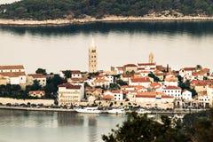 Ansicht der Stadt von Rab, kroatisches Fremdenverkehrsort lizenzfreies stockfoto