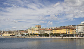 Ansicht an der Stadt von Rijeka vom Hafen stockfotografie