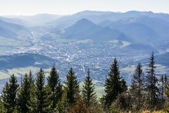 Ansicht der Stadt von Ruzomberok stellte im Tal, in der historischen Liptov-Region auf stockbilder