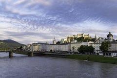 Ansicht der Stadt von Salzburg bei Sonnenuntergang stockbild
