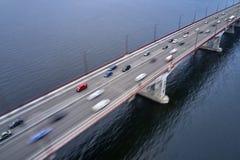 Ansicht an der Stadtbr?cke mit Verkehr durch Fluss stockfoto