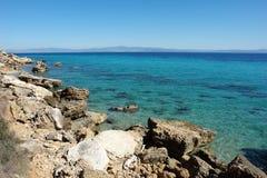 Ansicht der steinigen Küste und des Türkismeeres in Griechenland stockbilder