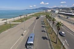Ansicht der Straße des Aufklärung und der Promenade in der Erholungsortregelung Adler vom Ausblick Bahnhof Stockfotografie