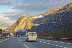 Ansicht der Straße mit Auto und des Schlosses in der Schweiz im Winter Stockbild
