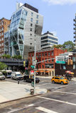 Ansicht der Straße mit modernem Gebäude in New York, USA Stockbild