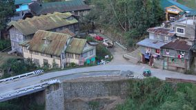 Ansicht der Straße mit vielen Holzhäusern in Banaue, Philippinen stock video