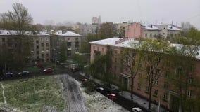 Ansicht der Straße und aus Dach im Spätherbst heraus Erste Schneefälle Sommerschnee stock video