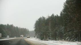 Ansicht der Straße vom Auto am Winter stock video
