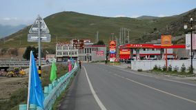 Ansicht der Straße an Yading-Stadt in Sichuan, China stock footage