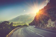 Ansicht der Straßenbiegung und ein Gebirgszug nahe Budva, Montenegro Stockfotografie