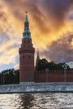 Ansicht der Türme des Moskaus der Kreml vom Moskva-Fluss Stockfoto
