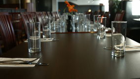 Ansicht der Tabelle mit elegantem Tischbesteck stock video