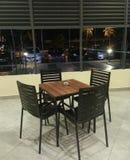 Ansicht der Tabelle und der Straße mit vier Stühlen Lizenzfreie Stockfotos