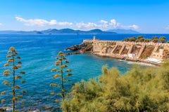 Ansicht der Terrasse Giovanni Bovio und des Leuchtturmes von Rocchetta in Piombino, Toskana, Italien, im Hintergrund Elba Island lizenzfreie stockbilder