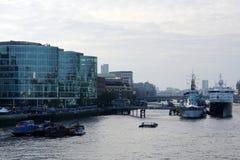 Ansicht der Themses, London, mit alten Schiffen und modernen Gebäuden Stockfotos