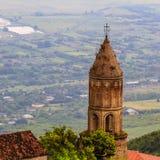 Ansicht der traditionellen alten Kirche in der Kleinstadt Sighnaghi Signagi in Georgia stockfotografie