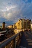 Ansicht der Tschechischen Republik, Prags von der Brücke auf die Moldau-Fluss und Gebäude Lizenzfreies Stockbild