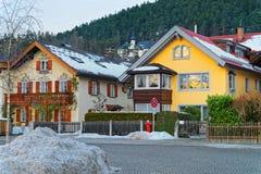 Ansicht der typischen alpinen Häuser in Garmisch-Partenkirchen lizenzfreies stockbild