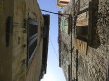Ansicht der typischen schmalen Straße einer alten Stadt von Korfu, Griechenland Nahaufnahme der Fassade der alten Häuser mit Fens lizenzfreies stockfoto