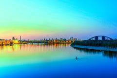 Ansicht der Ufergegend der Stadt am Abend lizenzfreie stockfotografie