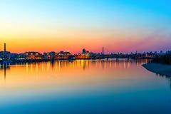 Ansicht der Ufergegend der Stadt am Abend stockbild