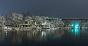Ansicht der Ufergegend zu Beginn des Winters Stockfotos